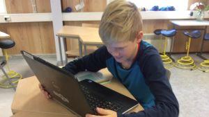 Leo Kurvinen kollar på sin dator