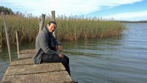 Lauri Tähkä istuu laiturilla Ruissalossa