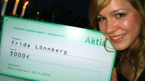 Frida Lönnberg med ungdomsprischecken på 3000 euro, finlandsvenska idrottsgalan 2010.