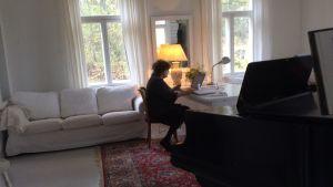 Rita Bergman i sitt vardagsrum