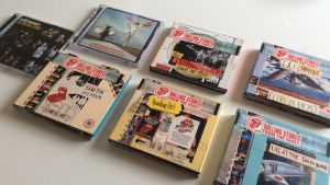 Rolling Stones liveskivor på cd på ett vitt bord