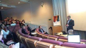 Konsult Marcus Henricson berättar om sin rapport på ett diskussionsmöte.