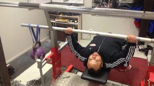 Simon Kankkonen. Hans rekord i bänkpress är 277 kg. Målet är att lyfta över 300 kg i VM.