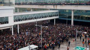 Tusentals människor har samlat på Barcelona internationella flygplats för att demonstrera den 14 oktober 2019. På bilden ser man folkhav i två nivåer.