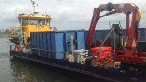 M/s Bordö tömmer avfall från Sandö i Lovisa
