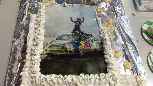 En tårta med en bild av Joni Wiman som firar sin seger i GRC-serien.