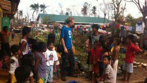 Biståndsarbetare tillsammans med barn