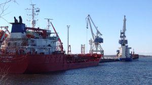 Fartyg i hamnen i Karleby.