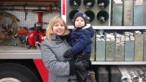 Jenny och Liam Lindholm lockades av brandbilen.