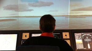 olle mattsson använder en sjöfartssimulator