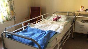 Säng på Lovisa hälsovårdscentral.