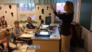Luokanopettaja Heli Heikkilä on intensiivinen opettaja. Meneillään bigen oppitunti Metsäkylän koulun 5. luokalla