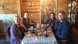 gästerna vid kaffebordet