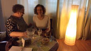 Professori Outi Merisalo (vas.) ja apulaisprofessori Stefania Fortuna tutkivat vanhoja käsikirjoituksia antiikista myöhäisrenessanssiin. Lääketieteelliset teksit ovat tärkeässä roolissa.