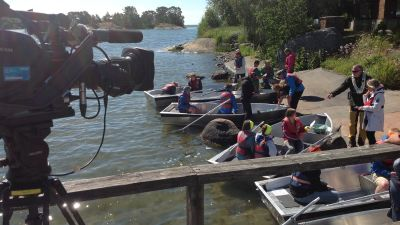 Deltagarna gör sig beredda att ro ut för att hämta plankton. Kamerorna är redo.