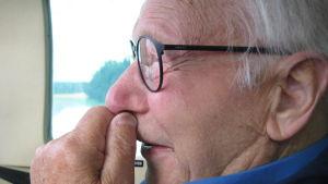 Bruno Österlund i spänd förväntan inför flygturen i ett fyrsitsigt plan