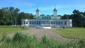 En vit byggnad med grönt tak i Hangö som är Casino.