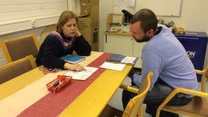 Två lärare håller möte i Näse skola
