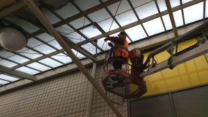 En skylift behövs för att kunna fästa nätet