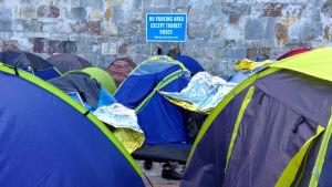 flyktingarnas tält radade läng en väg på ön Kos