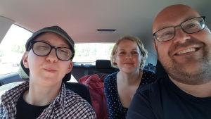 Tre personer i bil