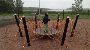 spindeltrampolin i lekparken