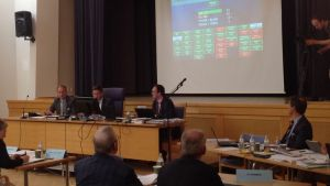 Omröstning i en fullmäktigesal.