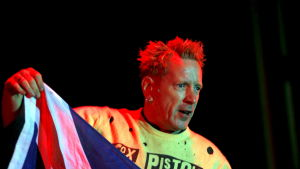 Johnny Rotten med flagga.