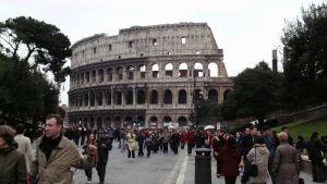 Rooman Colosseum ja matkailijoita sen ulkopuolella.