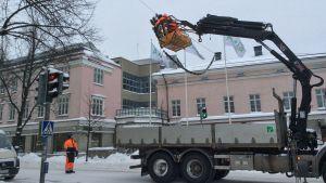 Arbetarna från har sin lastbil mitt på Mannerheimgatan.