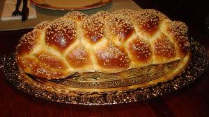 En längd judiskt ljust bröd som kallas challah.