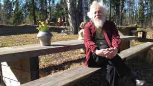 Kai Nieminen sitter på en bänk i Baggböle
