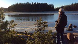 Caj Bremer seuraa jäidenlähtöä Kaptensuddenissa. Kuva dokumenttielokuvan Caj Bremer, valokuvaaja kuvauksista.