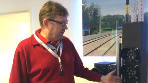 Sabiks vd Lars Mansner visar på moderna järnvägslampor