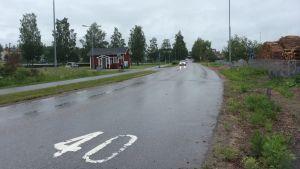 Bangatan i Karis. Till vänster BK-stugan och Idrottsgränd.