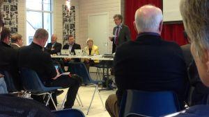 Kommunutredningsman Jan-Erik Enestam mötte kommunfullmäktige och allmänhet i Korsnäs på måndag kväll.