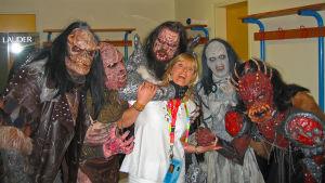 Jill Paulsson, EBU får Lordi behandling under en paus i övningarna i ESC i Aten 2006.
