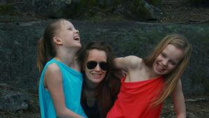 """Lotta on SuomiLOVE-tarinan """"tyttö, joka kesytti kuoleman"""". Tässä kuvassa myös hänen äitinsä Hanna ja kaksossiskonsa Ronja."""