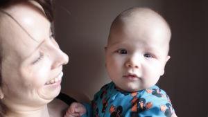 Mirka Saarela poikansa kanssa