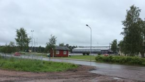 Den lilla röda BK-stugan i Karis med ishallen och bollhallen i bakgrunden.