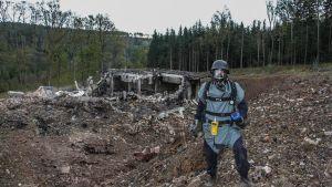 Det blev inte mycket kvar av ammunitionslagret i Vrbetice efter explosionen. Den här bilden på en polis på plats togs den 20 oktober 2014.