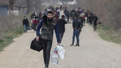 Kuvassa pakolaisia Turkin Edirnessa 10. maaliskuuta 2020.