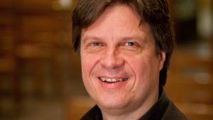 Porträttbild på dirigent Kari Turunen.