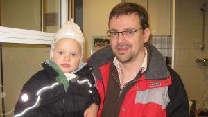 Sjundeåbon Jaakko Saloniemi är nöjd med sonen Emils dagvård