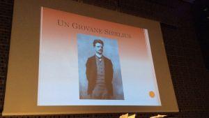 Maestro Adriano Bassi vertaili esityksessään Sibeliusta ja italialaisia aikalaissäveltäjiä Musiikkitalossa 2015.