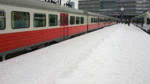 Närtåg vid perrongen i Helsingfors.