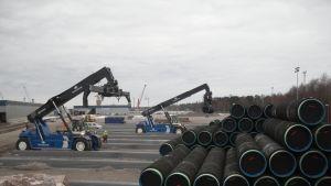 Gasrör lossas och lagras i Hangö hamn