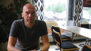 Robert Åsbacka besöker Nykarleby tre eller fyra gånger i året