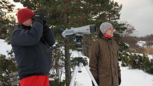 Fågelskådare Mikael Kilpi och Johan Ekroos på Uddskatan i Hangö.