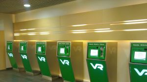 VR:s biljettautomater på rad i Tammerfors.